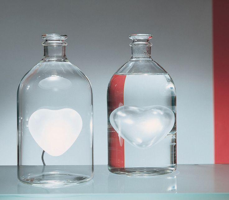 Lampada in vetro, rienpita d'acqua cambia la luce e i riflessi nell'ambiente.