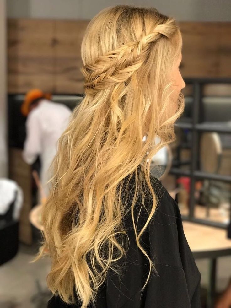 Semirecogido con trenza #pasionbeauty #profesionalesbo #BOpeluqueria #peluqueria #hairstyle #peluqueriabarcelona #peluqueriabcn #salondepeluqueria #peinadomujer #peinadoinvitada #semirecogido #trenza