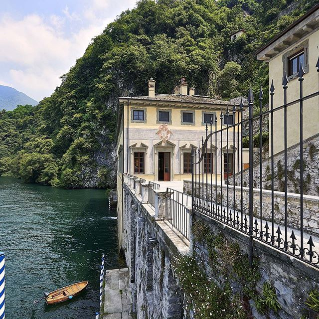 Entrance of the palazzo by the lake Como. Italy    #luxuryhouse#luxurylife#luxuryliving#luxurytravel#luxurystyle#luxurydesign#luxuryhome#luxuryproperty#luxuryvilla#thegoodlife#luxury#traveler#travel#privatevilla#chateaux#castles#Rich#boss#lake#Como#lakeComo#Italy#palazzo