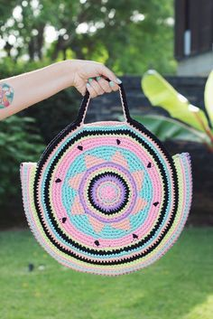Hoy te traemos este patrón de ganchillo gratuito en colaboración con la talentosa Tania Schwartz de The Wool Loop . Teje este bolso ci...