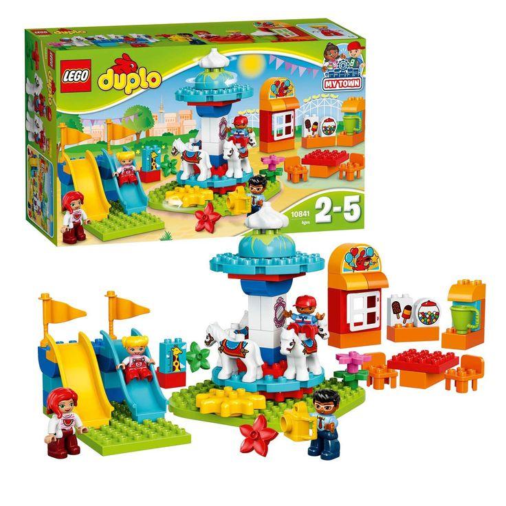 Bouw samen met je kind de grappige draaimolen en speel een dagje op de kermis na. Je peuter zal het geweldig vinden om de tandwielaandrijving te bedienen of de draaimolen direct met de hand te laten draaien en de vier paarden in het rond te zien gaan. Bedenk de leukste verhalen met de LEGO DUPLO figuren die van de glijbanen afgaan of een kaartje kopen bij het loket. Inclusief vier DUPLO figuren. Afmeting:verpakking 48 x 28 x 12 cm. - LEGO DUPLO 10841 Famliliekermis