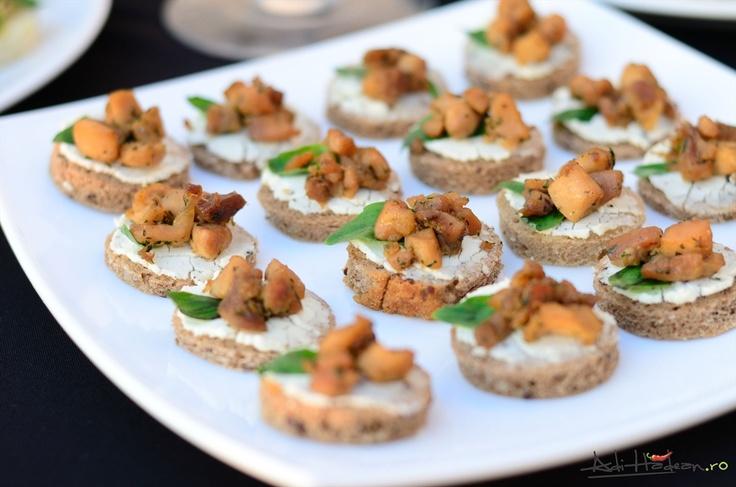 Tartine cu brânză de capră și pulpe de pui dezosate, rumenite cu sos de soia și zahăr brun, aromate cu coriandru și busuioc