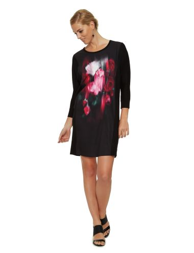 This dress is stylish and comfortable. Featuring a beautiful print on the front, it has a round neck and is a relaxed fit.