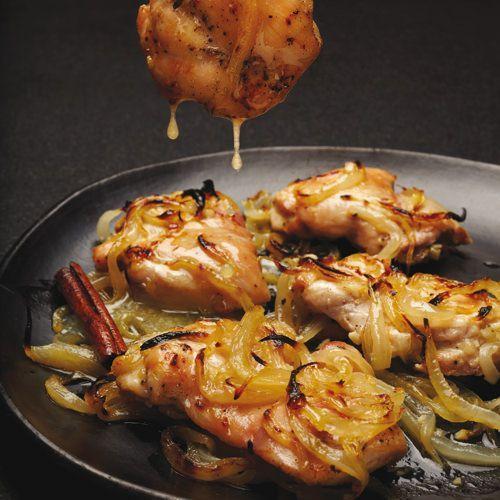 Kippendijen met zoetzure uien uit de oven, uit het kookboek 'Vijftig tinten kip' van FL Fowler. Kijk voor de bereidingswijze op okokorecepten.nl.