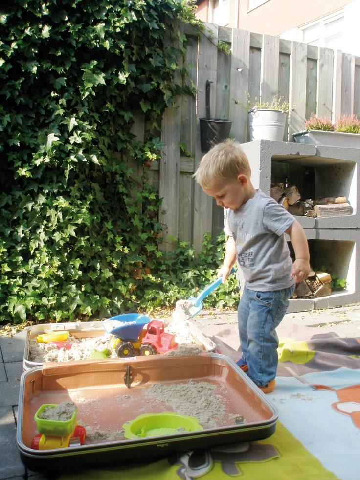 Handig in de zomer; deze zandbakkoffer! Na het spelen handig weer op te bergen.