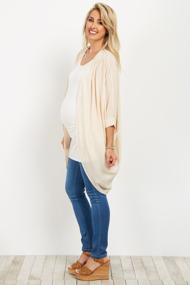 A gorgeous maternity kimono you can layer over all your basic or printed pieces. A soft hue for a feminine look and a chic chiffon material for a touch of boho style. Layer this top over a maternity cami and pair with jeans for a complete ensemble.