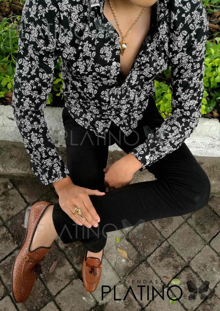 """Camisa slim fit negra con flores blancas, pantalón de gabardina negro y mocasín chevron de mota. Artículos hechos en México por la marca """"Moon & Rain"""" y de venta exclusiva en """"Tiendas Platino"""" #TiendasPlatino #Moda #Hombre #Camisa #Pantalón #Calzado #Mocasín #Outfit #Mens #Fashion #Dapper #Ropa #México #Looks #Style"""