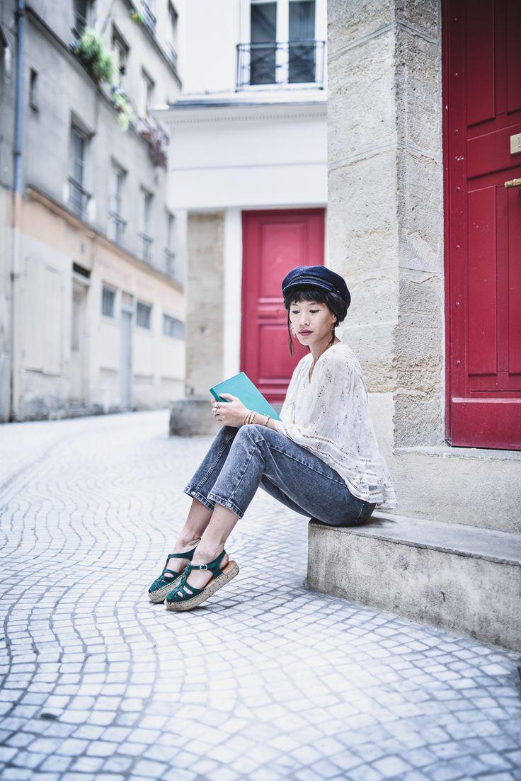 jean + haut blanc en dentelle + sandales vertes et casquette de marin - Le dressing de Leeloo