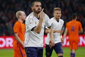 Ο Ντοναρούμα στο ντεμπούτο του ως βασικός νικήθηκε με αυτογκόλ, αλλά η Ιταλία έκανε ανατροπή και νίκησε 2-1 την Ολλανδία στο Άμστερνταμ (video)