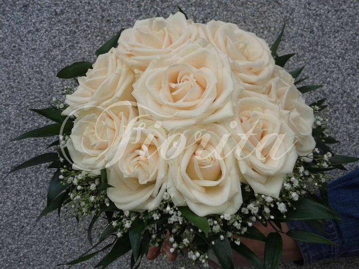 Kytka nevěsty z krémových růží a nevěstina závoje