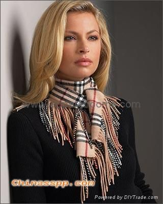 A beautiful way to tie a scarf with a lot of fringe.