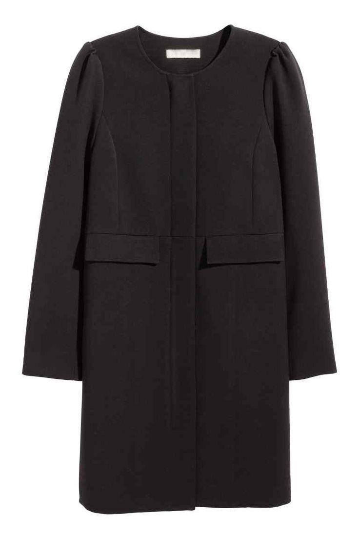 Manteau à manches bouffantes: Manteau tissé à la surface légèrement armurée. Modèle ajusté avec fermeture à glissière dissimulée et poches à rabat devant. Manches bouffantes. Doublé.
