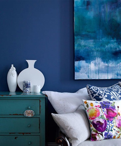 This room is a very good example of cool color combination. All with the deep colors of purple and blue, it really makes the room very peaceful.