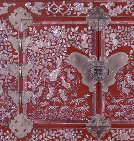 Detail view of Korean red lacquer chest with Mother of Peal inlay.Victoria and Albert Museum Collection. #DecorativeKoreanArt