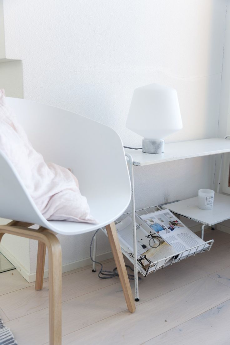 White furnitures in a Scandinavian living room with a frosted glass Hehku table lamp #Scandinavian