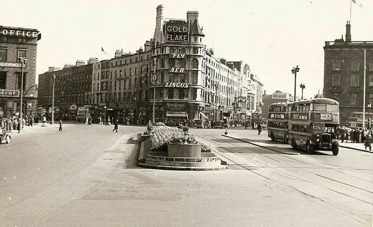 O'Connell Bridge in the 1950s. The Tumb of the Unknown Gurrier in the centre.