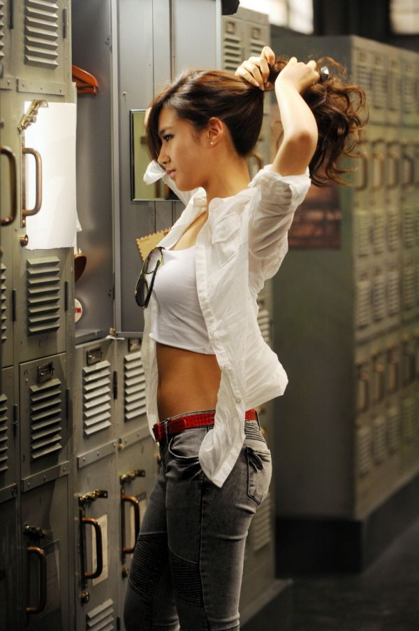 Body Goals!!!! For exercise, she did 600 sit ups per day. really? I can't do that , I can't even do 10 >_<