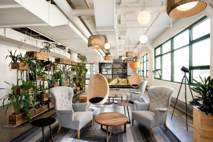 plant vertical garden dans l'espace prévu pour tous les collegues au bureau