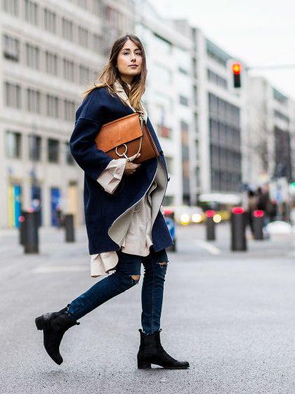 Cool im Winter mit langem Mantel, destroyed Jeans und Ledertasche Streetstyles aus Berlin | Stylight