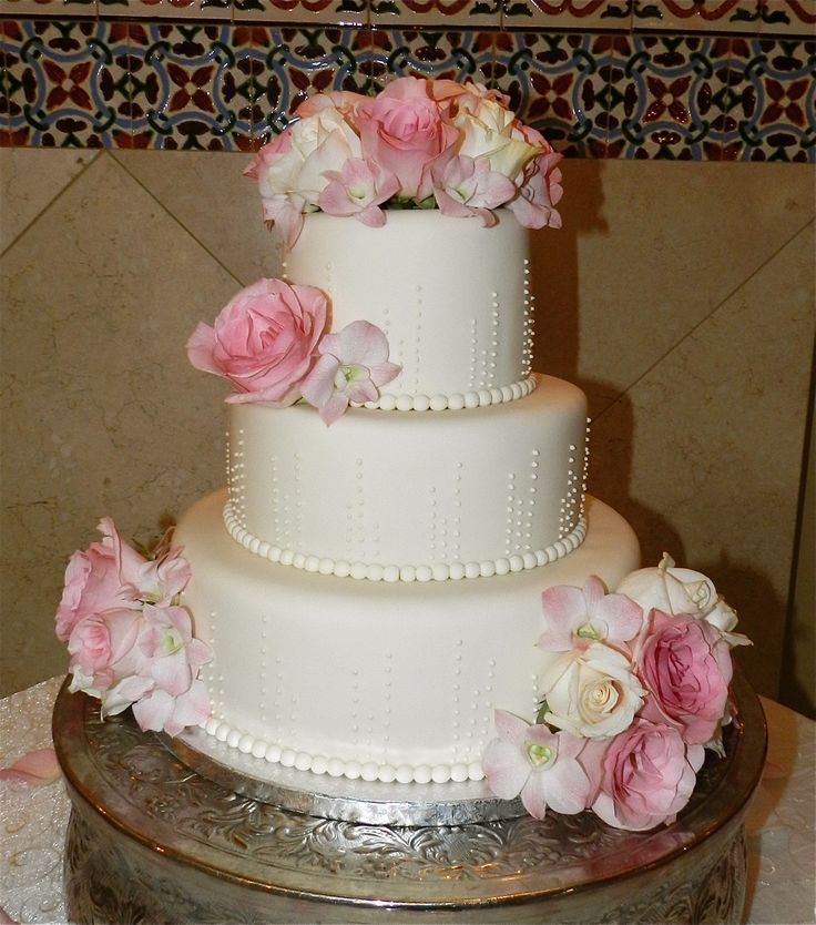 wedding cakes with flowers in between the tiers wedding cakes 3 tier ivory wedding cake piped 26021