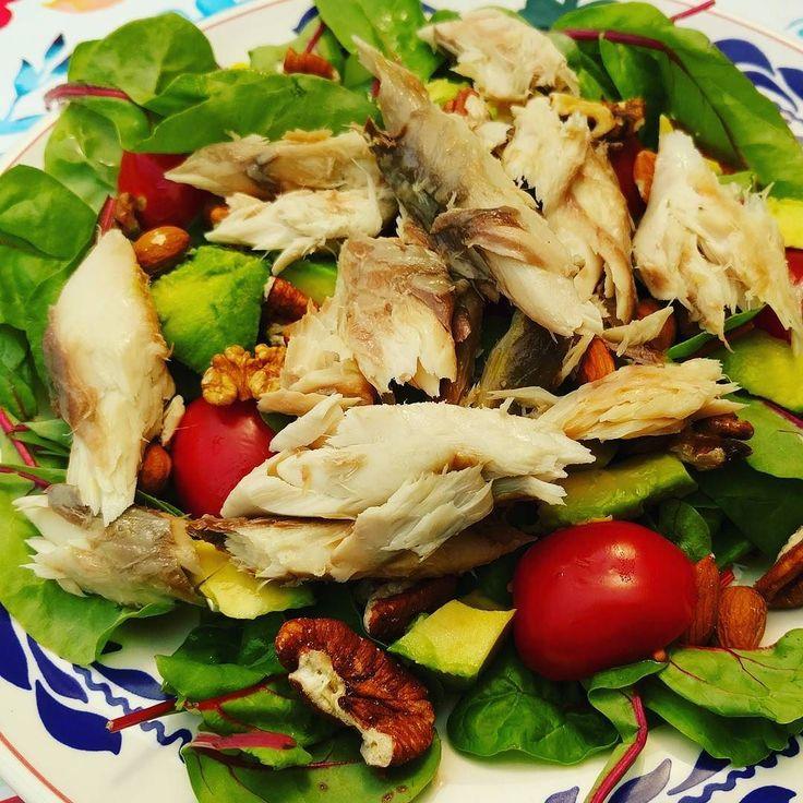 Gisteren een lekkere verse gerookte makreel gekocht op de markt. Dus de lunch was deze heerlijke gezonde makreel salade boordevol goede vetten!  Makreel tomaatjes snijbiet handje noten en een halve avocado  #afvallenmetbregje #afvallen #koolhydraatarm #lowcarb #eiwitten #proteine #gezond #gripopkoolhydraten #gok #lowfat #lowcarbdiet #ketodieet #lowcarbhighfat #lchf #Atkins #eiwitrijk #diabetes #keerdediabetes2om #groenten #salade #makreel #suikervrij
