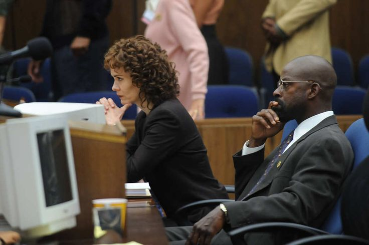 THE PEOPLE v. O.J. SIMPSON: AMERICAN CRIME STORY -- Pictured: (l-r) Sarah Paulson as Marcia Clark, Sterling K. Brown as Christopher Darden. CR: Ray Mickshaw/FX Networks