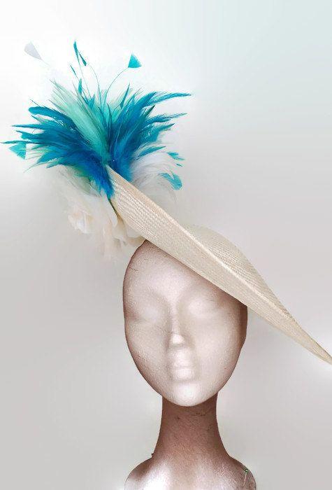 Pamela azul turquesa y blanca, tocado turquesa, pamela turquesa, tocados con plumas, pamela con flores, pamelas para bodas, tocados de boda