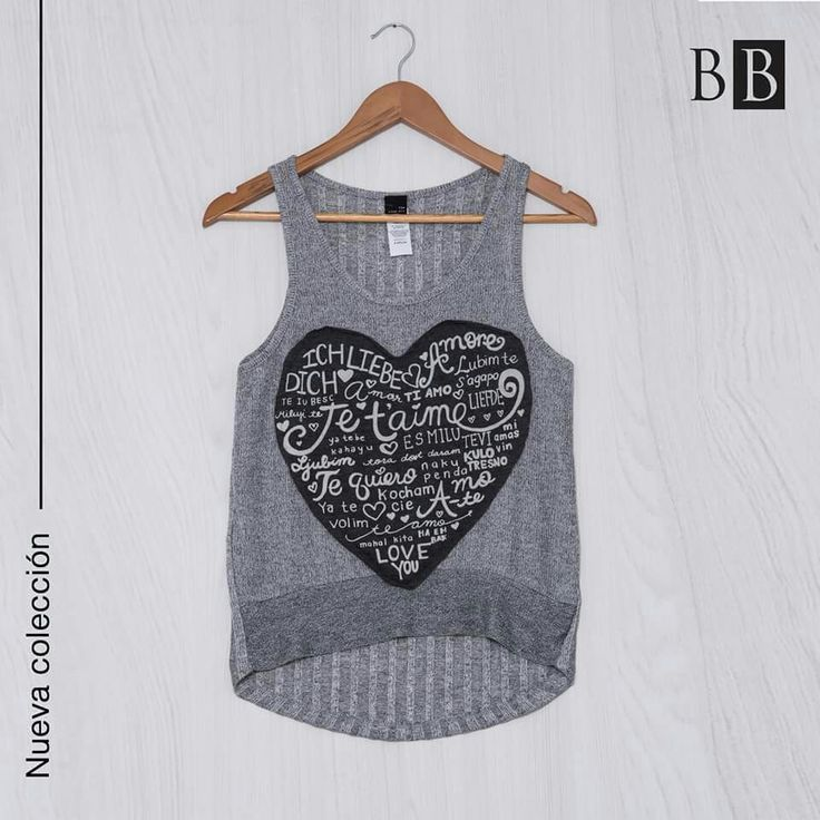 Las blusas con elementos sobrepuestos le dan a tu look un toque creativo.