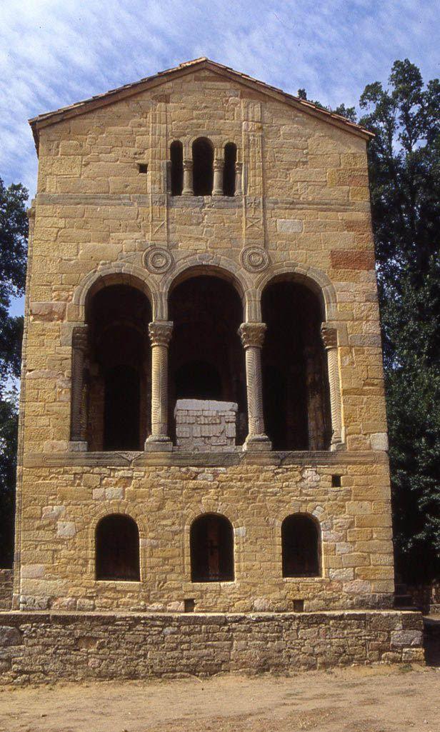 Santa Maria del Naranco: fachada oriental. Aula Regia del Palacio de Ramiro I (es lo único que queda de este palacio). Siglo IX.