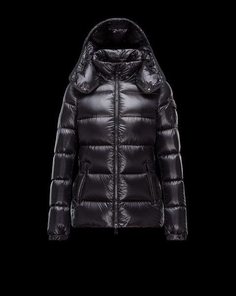 MONCLER BERRE Kort Dunjakke svart Kvinner. Polstret jakke i ultralett glanset nylon med avtakbar hette. Vannavvisende behandling