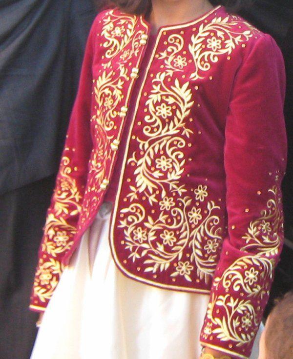 Veste en velours brodée avec du fil d'or en passé plat.
