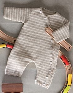 ¿Os acordáis que la semana pasada dejamos en vuestras manos la elección del patrón de bebé que compartiríamos en el blog? Queríamos que fueseis vosotros quienes escogierais el modelo que más os gus…
