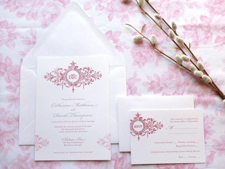 Personalizzata, francese ispirato invito di nozze. Dispone di un elegante scorrimento & monogramma circondato da lussureggianti fiori in una