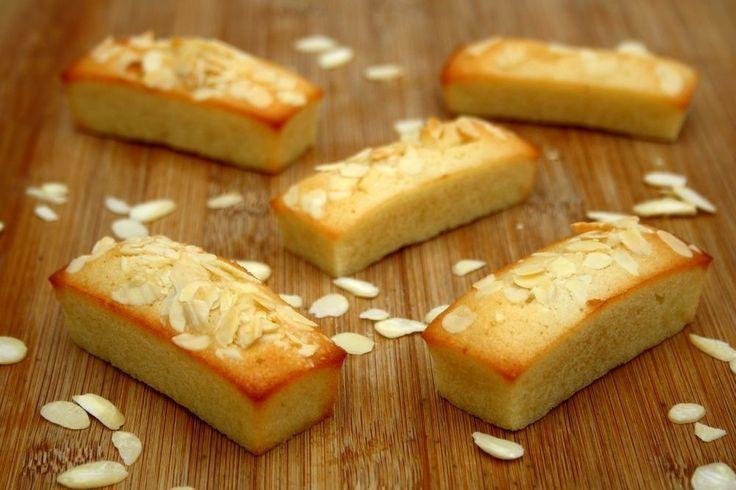Financiers aux amandes (pour environ 16 financiers)      150g de suce glace (à défaut sucre semoule)     80g de farine     180g de beurre     6 blancs d'œufs     120g de poudre d'amandes     amandes effilées