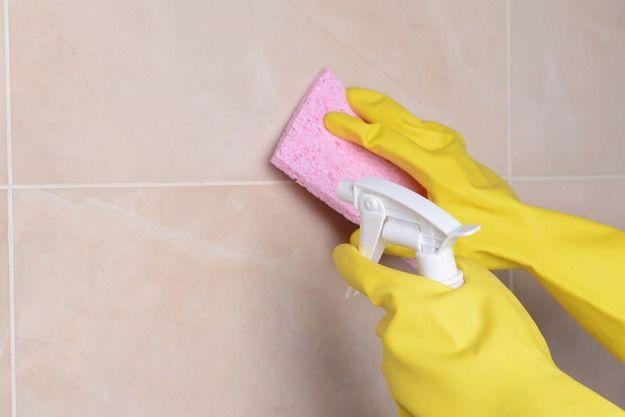 Чем очистить кафель и моющиеся обои  17. Очистить кухонный фартук можно с помощью раствора из 3 столовых ложек уксусной кислоты и 1 литра воды. Нанесите раствор на поверхность с помощью губки, оставьте на несколько минут, а затем ототрите все загрязнения.  18. Жирные брызги на моющихся обоях можно отчистить обычнойсодой. Разведите 1/4 стакана соды с водой до пастообразной консистенции, после чего мягкой губкой сотрите все жирные пятна и протрите обои чистой сухой тряпкой.  19. Чтобы очистить…