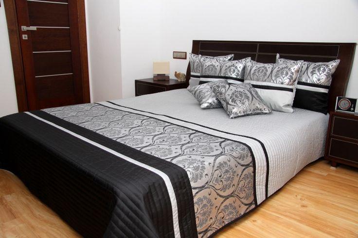 Szaro czarna elegancka narzuta pikowana na łóżko ze srebnym ornamentem