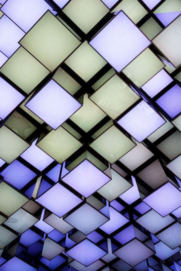 Voici le niveau 3 du Grand magasin Printemps situé Boulevard Haussmann à Paris (France). L'un des plus célèbres « grand magasin » de Paris vient de faire peau neuve. Le cabinet d'architectes spécialisé dans le retail Wonderwall a relooké cet espace en intégrant un éclairage Led.