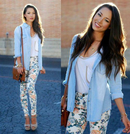 Leggings azul com flores + tshirt branca + camisa de ganga + ténis brancos + mala camel