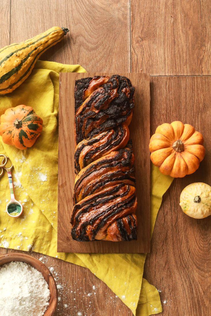 Este bakba de zapallo o calabaza y chocolate es sencillo de hacer y delicioso, perfecto para celebrar el otoño y halloween.
