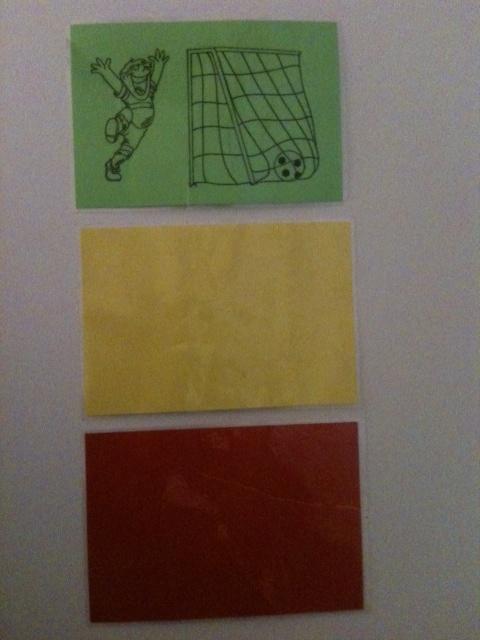 Individueel beloningssysteem: Begin de dag positief -->met groene kaart (betekent dat het goed gaat). Is het gedrag niet goed, pak dan de groene kaart weg. Gele kaart geldt als waarschuwing, twee gele kaarten = rode kaart = nablijven, pauze binnen, enz. Gaat het goed met het gedrag, dan juist extra groene kaarten geven met afspraak voor beloning bij bijv. 3 groene kaarten.