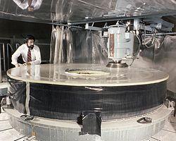 Polerowanie głównego zwierciadła Teleskopu Hubble'a w firmie Perkin-Elmer w Danbury w 1979 r.