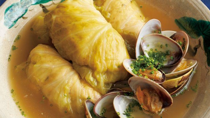 大江 憲一郎さんのキャベツの葉を使った「和風ロールキャベツ あさり汁仕立て」のレシピページです。ロールキャベツをあさりのうまみを引き出した、味わい深い煮汁で煮ていきます。みそを加えた肉ダネはコクがあり、キャベツの甘みにピッタリです。 材料: キャベツの葉、肉ダネ、A、あさつき、塩、みりん、うす口しょうゆ