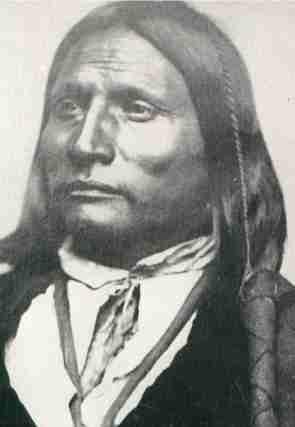Grande Arco:Kiowa: fù uno dei più temuti e feroci guerrieri Kiowa. Lungo i confini di Texas, Colorado, Kansas e New Mexico guidò i suoi uomini in numerosi assalti a treni e diligenze che per gli indiani rappresentavano il simbolo dell'occupazione delle loro terre da parte dell'uomo bianco.
