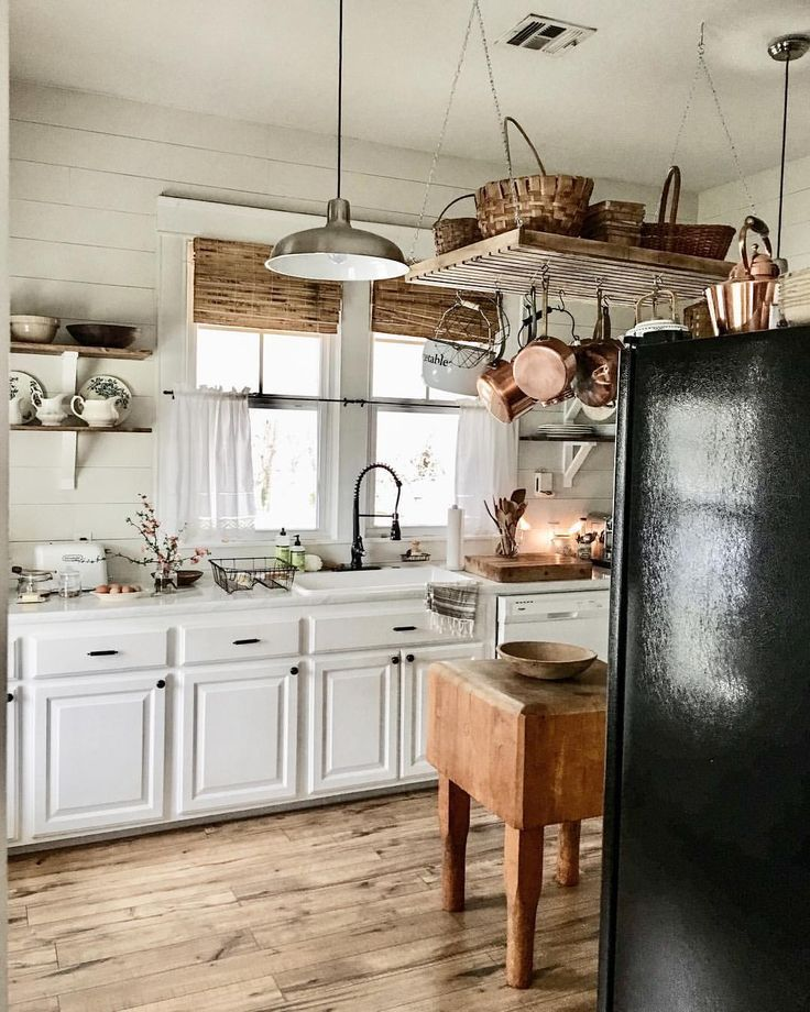 A Simple Beautiful Farmhouse Kitchen With Copper Accents Black Appliances Kitchen Farmhouse Style Kitchen Kitchen Models
