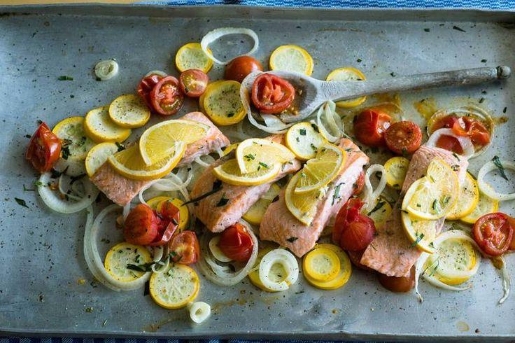 Das Rezept für Lachs vom Blech mit  Zucchini-Zwiebel-Gemüse mit allen nötigen Zutaten und der einfachsten Zubereitung - gesund kochen mit FIT FOR FUN