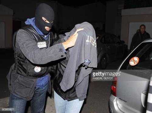 07-04 A policeman evacuates in a car a man suspected of being... #herepian: 07-04 A policeman evacuates in a car a man suspected… #herepian