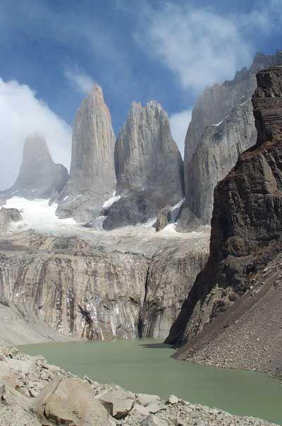 Torres del Paine, en Chile: constituye un parque natural situado en la Patagonia que se caracteriza por la amplia diversidad que alberga, tanto en sus paisajes, como en las especies que allí habitan. Está abierto al turismo, y ofrece la posibilidad de realizar numerosas actividades, como navegación, senderismo, paseos a caballo… Constituye un ecosistema frágil por los numerosos incendios que ha sufrido en los últimos años