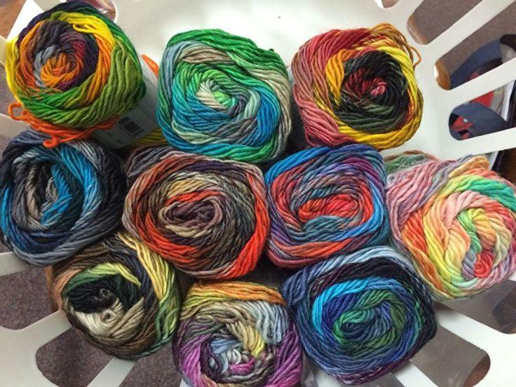 Garen. 100% Wol. LANG Yarns Viva is een puur merinogaren, zoals de Merino 120, maar dan meerkleurig in strepen. Wordt heel veel gebruikt voor kinderen, omdat dit garen niet prikt en omdat de kleurtjes zo vrolijk zijn. Maar ook geschikt voor vrolijke volwassenen en vrolijke accessoires.  100% Merino wol garen dat heerlijk zacht aanvoelt. De draad is elastisch en geeft een vormvast breisel. viva.jpg