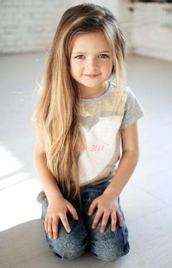 Acconciature capelli lunghi damigella bambina