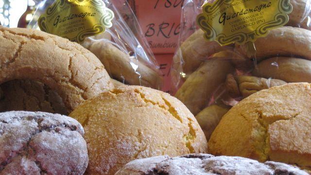 Dolci locali, antiche ricette conservate nel tempo da alcune pasticcerie presenti lungo La Via dei Cairoli (www.laviadeicairoli.it)